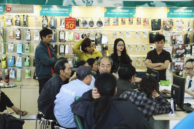 Sợ thuê bao bị chặn 1 chiều, người dân ùn ùn kéo tới các cửa hàng Viettel để bổ sung thông tin cá nhân - Ảnh 2.