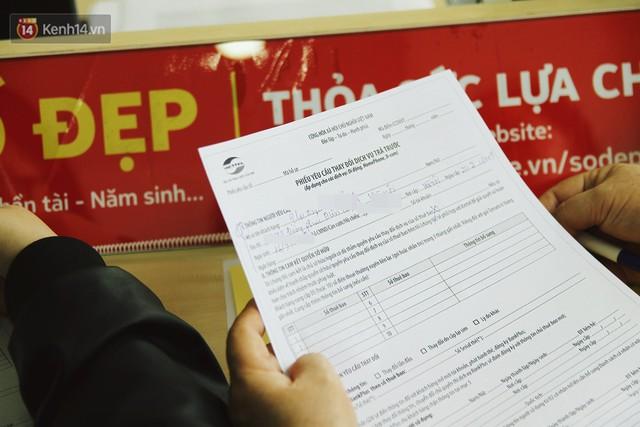 Sợ thuê bao bị chặn 1 chiều, người dân ùn ùn kéo tới các cửa hàng Viettel để bổ sung thông tin cá nhân - Ảnh 5.