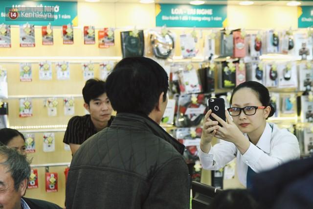Sợ thuê bao bị chặn 1 chiều, người dân ùn ùn kéo tới các cửa hàng Viettel để bổ sung thông tin cá nhân - Ảnh 6.