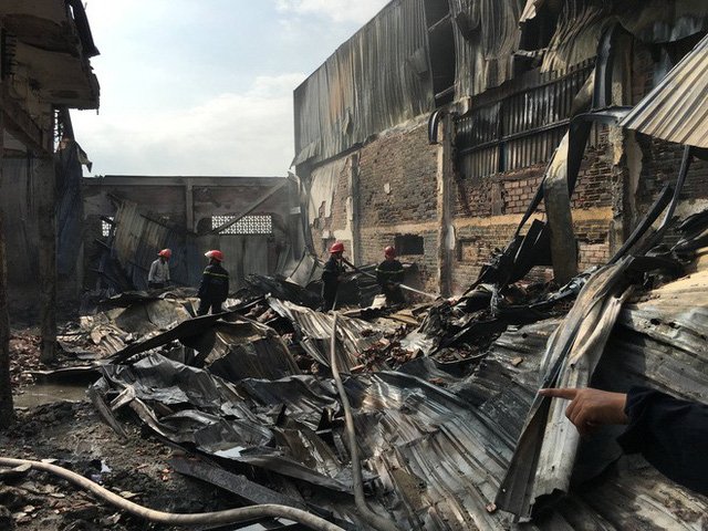 Xưởng ó keo ở ven Sài Gòn cháy lớn, nhiều công nhân hoảng loạn tháo chạy - Ảnh 1.