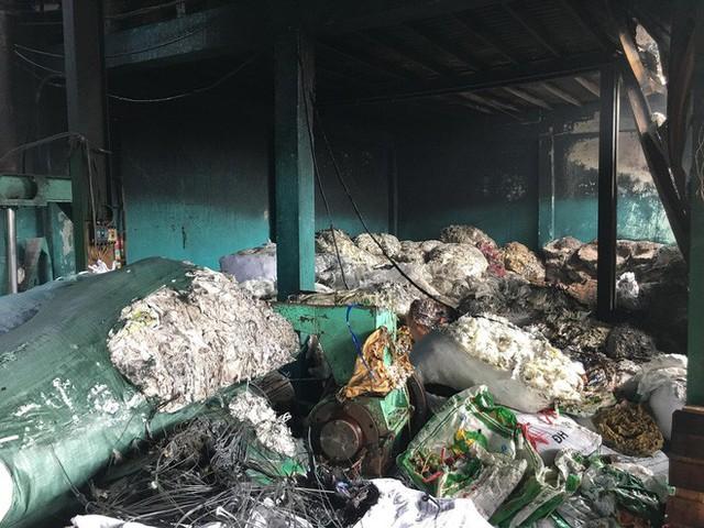 Xưởng ó keo ở ven Sài Gòn cháy lớn, nhiều công nhân hoảng loạn tháo chạy - Ảnh 3.