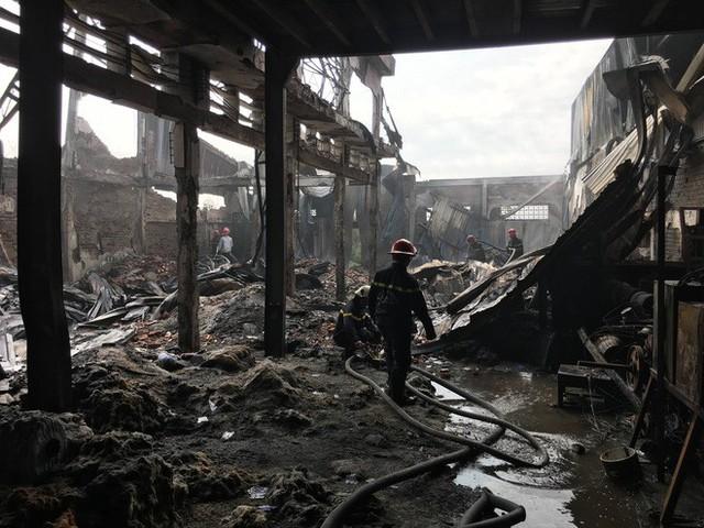 Xưởng ó keo ở ven Sài Gòn cháy lớn, nhiều công nhân hoảng loạn tháo chạy - Ảnh 4.