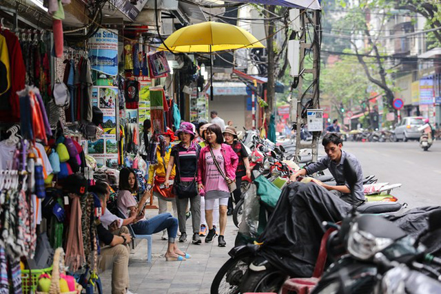 Nhìn lại vỉa hè Hà Nội một năm sau chiến dịch chống lấn chiếm - Ảnh 1.