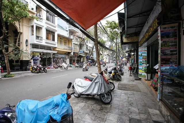 Nhìn lại vỉa hè Hà Nội một năm sau chiến dịch chống lấn chiếm - Ảnh 2.