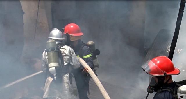 Cháy lớn tại xưởng gỗ 5.500m2 ở Đà Nẵng, nhiều người tá hỏa bỏ chạy - Ảnh 1.