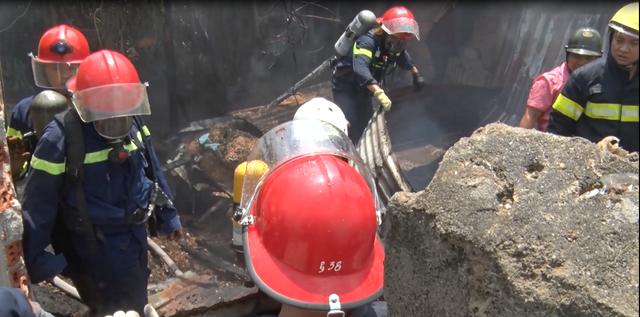 Cháy lớn tại xưởng gỗ 5.500m2 ở Đà Nẵng, nhiều người tá hỏa bỏ chạy - Ảnh 2.