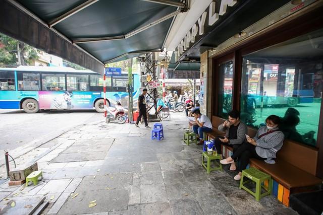Nhìn lại vỉa hè Hà Nội một năm sau chiến dịch chống lấn chiếm - Ảnh 8.