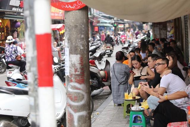 Nhìn lại vỉa hè Hà Nội một năm sau chiến dịch chống lấn chiếm - Ảnh 9.