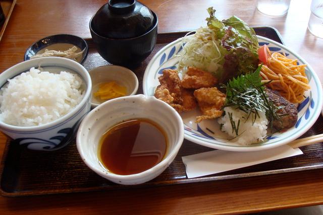Sự khác biệt một trời 1 vực giữa bữa ăn được coi là lành mạnh nhất thế giới của người Nhật và những phần ăn lớn, nhanh gọn của người Mỹ - Ảnh 2.
