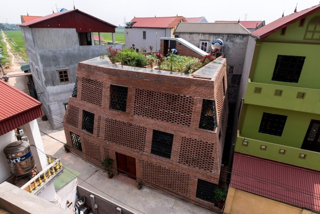 Nhà Hang gạch độc, lạ ở Hà Nội đẹp hút hồn trên báo Mỹ - Ảnh 1.