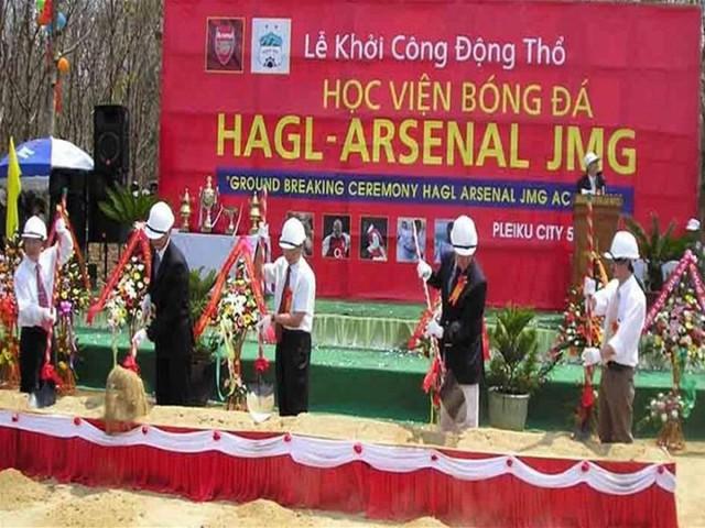 Bầu Đức và cái bắt tay lịch sử với HLV Wenger cho ra đời lứa Công Phượng, Xuân Trường - Ảnh 2.