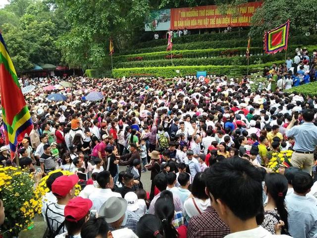 Clip: Biển người đổ về Đền Hùng dù chưa chính hội 10/3, nhiều du khách đợi 2 tiếng chưa lên được tới đền - Ảnh 1.