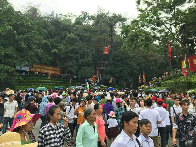 Clip: Biển người đổ về Đền Hùng dù chưa chính hội 10/3, nhiều du khách đợi 2 tiếng chưa lên được tới đền - Ảnh 2.