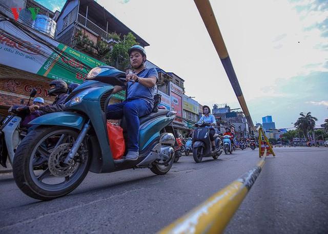 Đường Cát Linh cấm một chiều, giao thông ùn ứ giờ cao điểm - Ảnh 5.