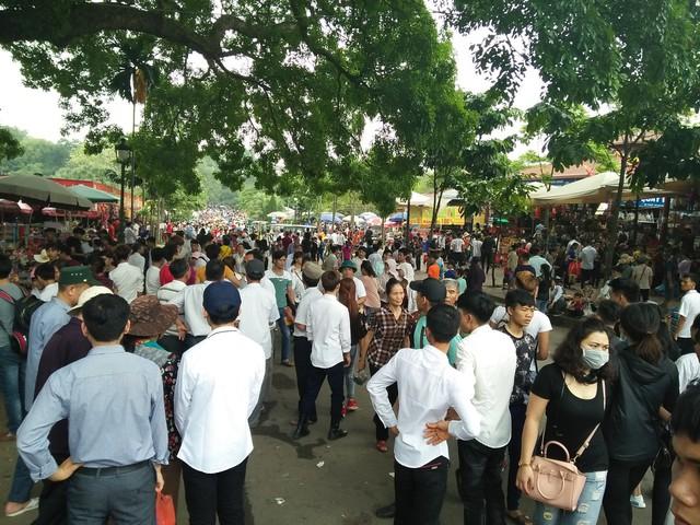 Clip: Biển người đổ về Đền Hùng dù chưa chính hội 10/3, nhiều du khách đợi 2 tiếng chưa lên được tới đền - Ảnh 8.