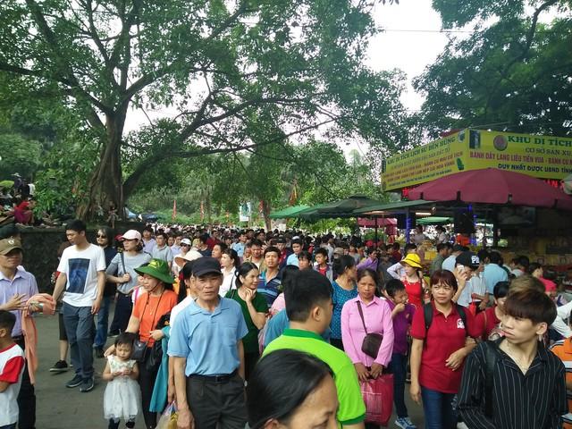 Clip: Biển người đổ về Đền Hùng dù chưa chính hội 10/3, nhiều du khách đợi 2 tiếng chưa lên được tới đền - Ảnh 9.