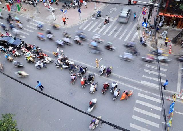 Đường Cát Linh cấm một chiều, giao thông ùn ứ giờ cao điểm - Ảnh 10.