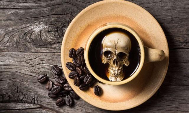 Uống bao nhiêu cốc cà phê một lúc có thể gây ngộ độc chết người? - Ảnh 1.