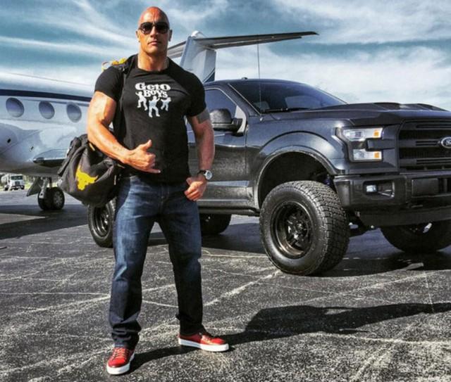 Gã khổng lồ Dwayne Johnson: Ở nhà triệu đô, đi siêu xe khủng, máy bay nhanh nhất thế giới - Ảnh 9.