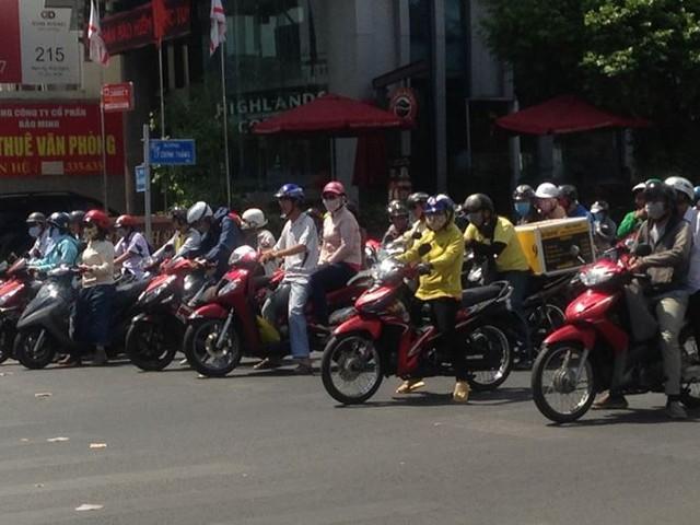 Người Sài Gòn mưu sinh dưới cái nắng 40 độ C  - Ảnh 1.