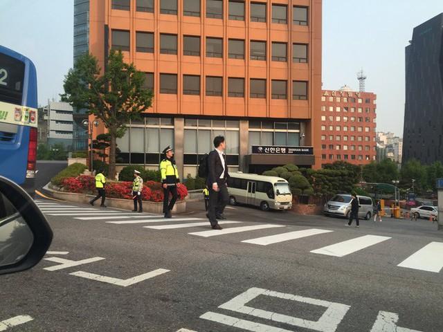 [CẬP NHẬT] Nhà lãnh đạo Triều Tiên Kim Jong-un và TT Hàn Quốc đã bước vào phòng họp kín - Ảnh 3.