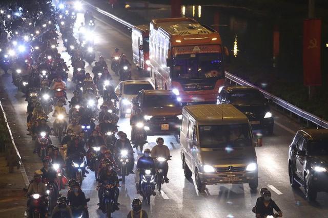 Về quê nghỉ lễ, hàng ngàn người kẹt cứng ở cửa ngõ phía Tây Sài Gòn - Ảnh 1.