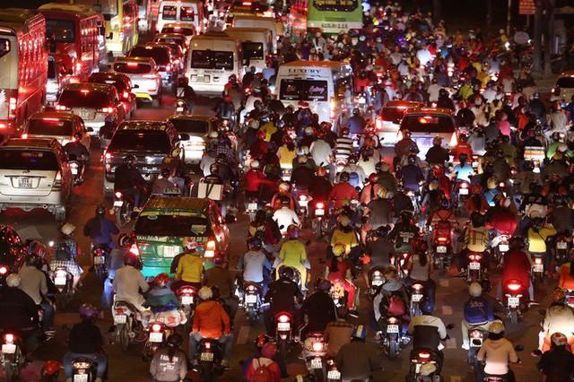 Về quê nghỉ lễ, hàng ngàn người kẹt cứng ở cửa ngõ phía Tây Sài Gòn - Ảnh 2.