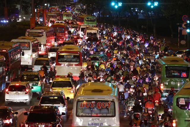 Về quê nghỉ lễ, hàng ngàn người kẹt cứng ở cửa ngõ phía Tây Sài Gòn - Ảnh 3.