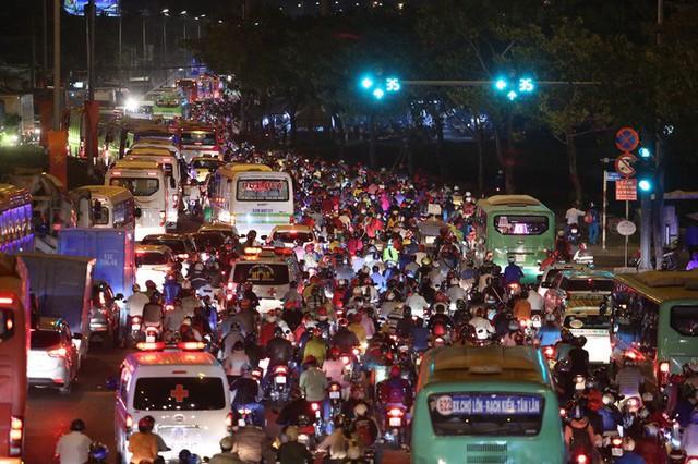 Về quê nghỉ lễ, hàng ngàn người kẹt cứng ở cửa ngõ phía Tây Sài Gòn - Ảnh 4.
