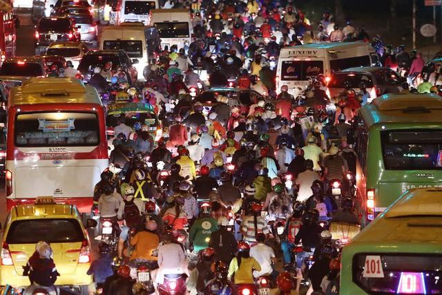 Về quê nghỉ lễ, hàng ngàn người kẹt cứng ở cửa ngõ phía Tây Sài Gòn - Ảnh 5.