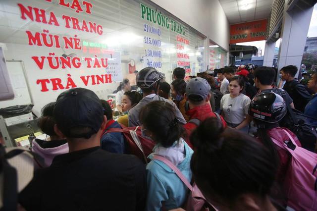 Về quê nghỉ lễ, hàng ngàn người kẹt cứng ở cửa ngõ phía Tây Sài Gòn - Ảnh 8.