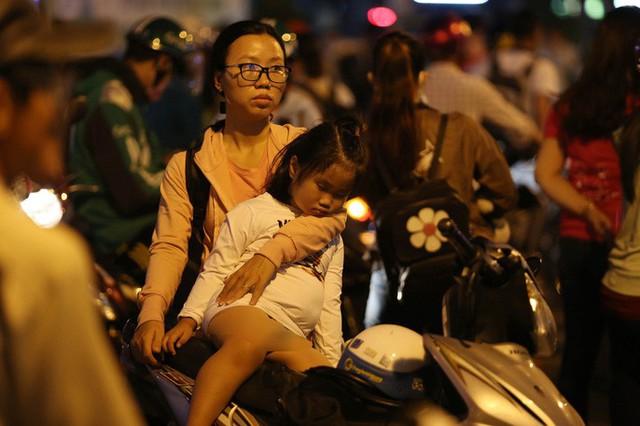 Về quê nghỉ lễ, hàng ngàn người kẹt cứng ở cửa ngõ phía Tây Sài Gòn - Ảnh 9.