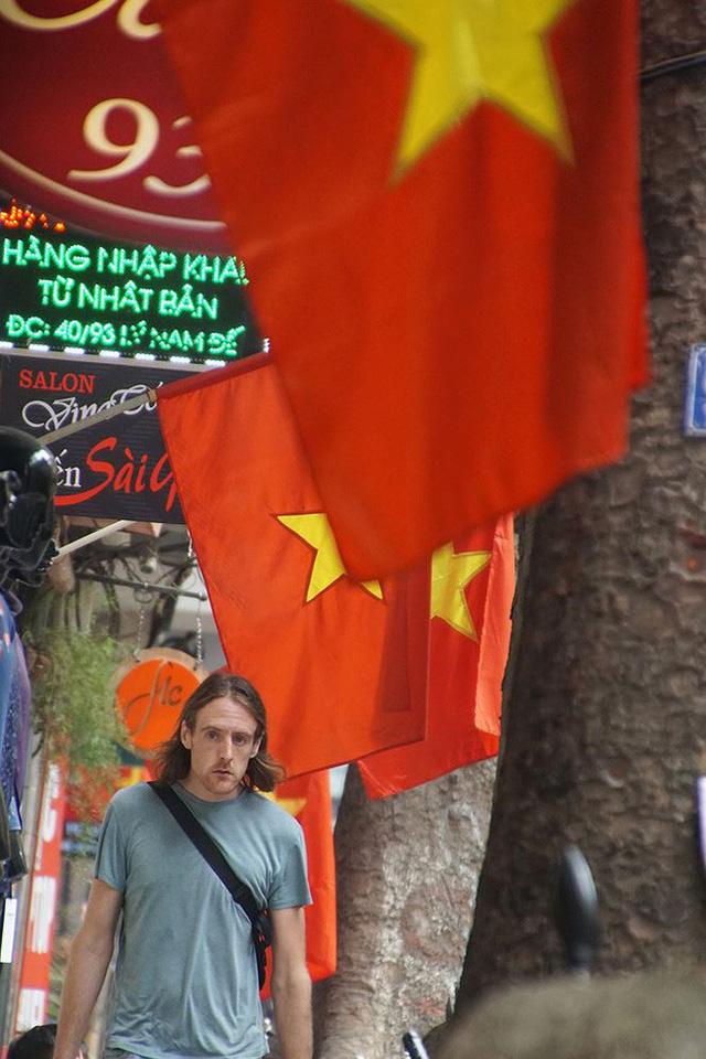 Phố phường Hà Nội rực rỡ cờ đỏ sao vàng mừng ngày thống nhất - Ảnh 2.
