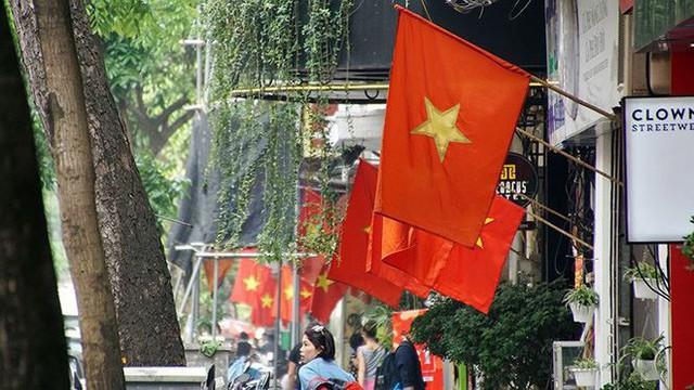Phố phường Hà Nội rực rỡ cờ đỏ sao vàng mừng ngày thống nhất - Ảnh 12.