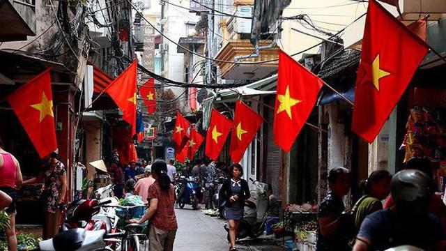 Phố phường Hà Nội rực rỡ cờ đỏ sao vàng mừng ngày thống nhất - Ảnh 13.