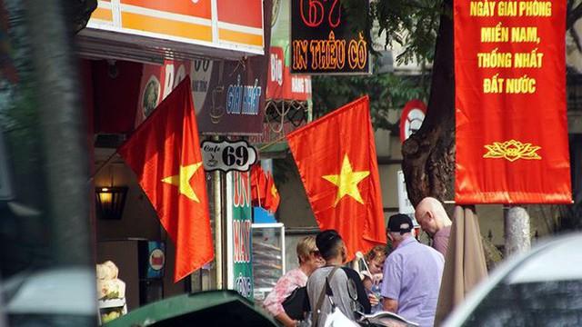 Phố phường Hà Nội rực rỡ cờ đỏ sao vàng mừng ngày thống nhất - Ảnh 4.
