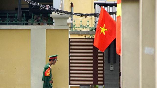 Phố phường Hà Nội rực rỡ cờ đỏ sao vàng mừng ngày thống nhất - Ảnh 7.