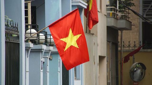 Phố phường Hà Nội rực rỡ cờ đỏ sao vàng mừng ngày thống nhất - Ảnh 9.
