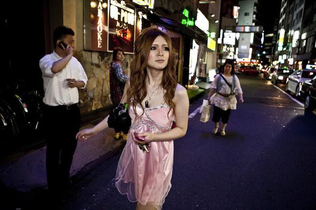 Thế hệ những nữ cử nhân kinh tế Nhật Bản ra trường không đi xin việc, làm tiếp viên quán bar mua vui kiếm tiền, thu nhập cao gấp 10 lần so với làm văn phòng - Ảnh 1.