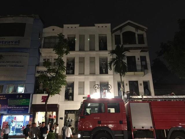 Hà Nội: Cháy lớn kèm theo tiếng nổ khiến nhiều người hoảng sợ - Ảnh 3.