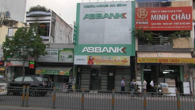 Bắt băng dùng súng giả cướp ngân hàng An Bình ở Sài Gòn - Ảnh 1.