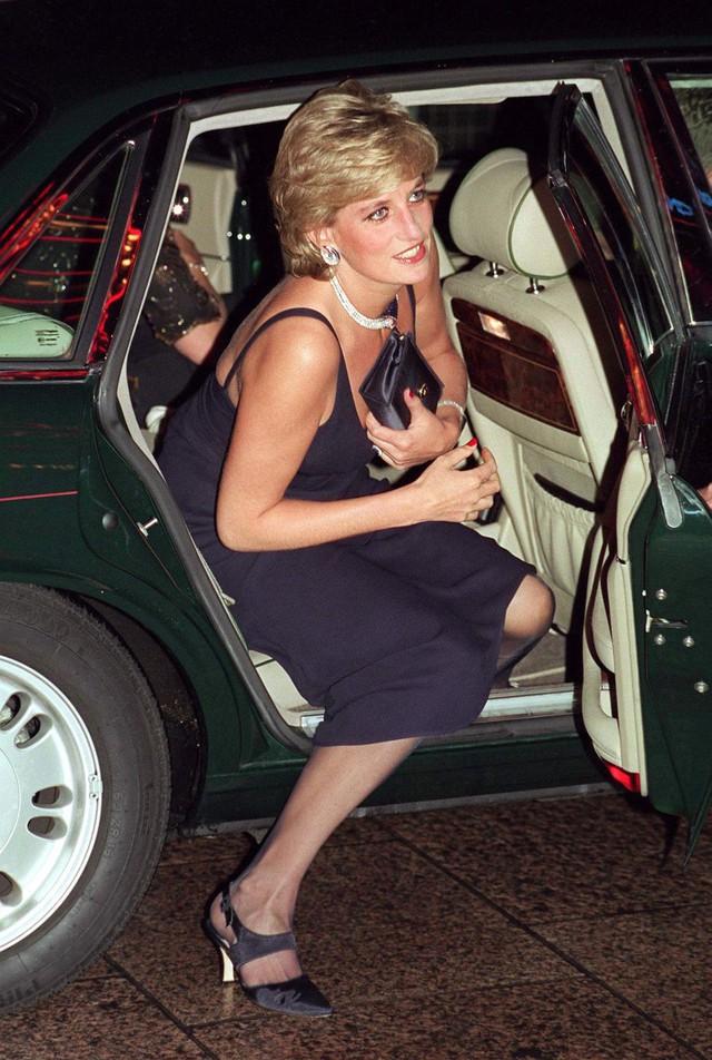Tưởng chỉ cần ăn mặc trang nhã là đủ, hóa ra thành viên hoàng gia Anh phải tuân thủ cả chục quy tắc thời trang khắt khe - Ảnh 6.