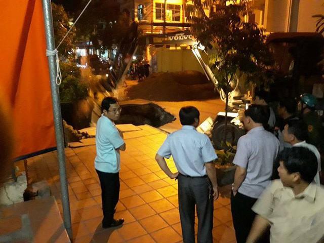 Hố tử thần đường kính 10m xuất hiện ngay trước cửa nhà dân ở Quảng Ninh - Ảnh 1.