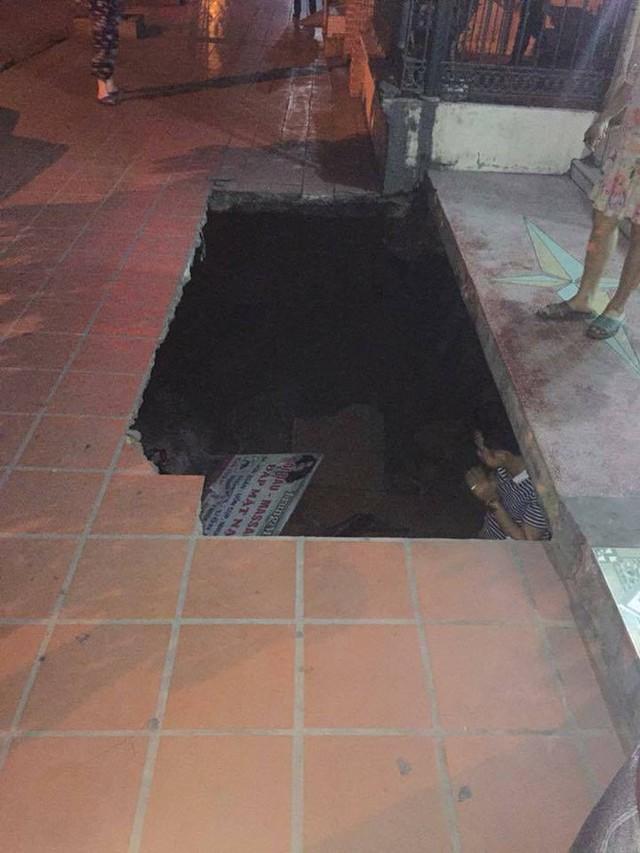 Hố tử thần đường kính 10m xuất hiện ngay trước cửa nhà dân ở Quảng Ninh - Ảnh 2.