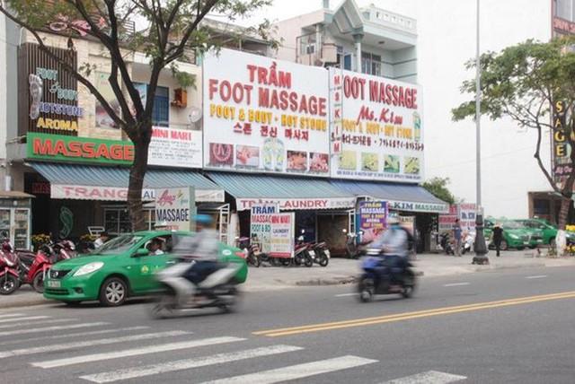 Đà Nẵng xử lý nhiều bảng hiệu chữ nước ngoài lấn át chữ Việt - Ảnh 1.