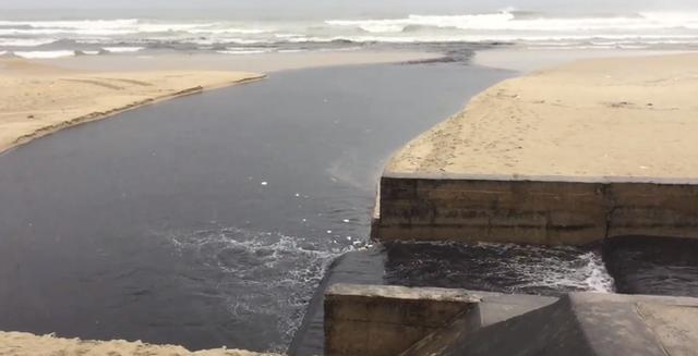 Nước thải đen ngòm tràn như suối ra biển Đà Nẵng, du khách bịt mũi rời đi - Ảnh 2.