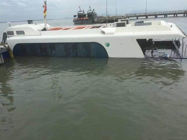 Tàu cao tốc chở 42 người gặp nạn trên sông ở Sài Gòn - Ảnh 2.