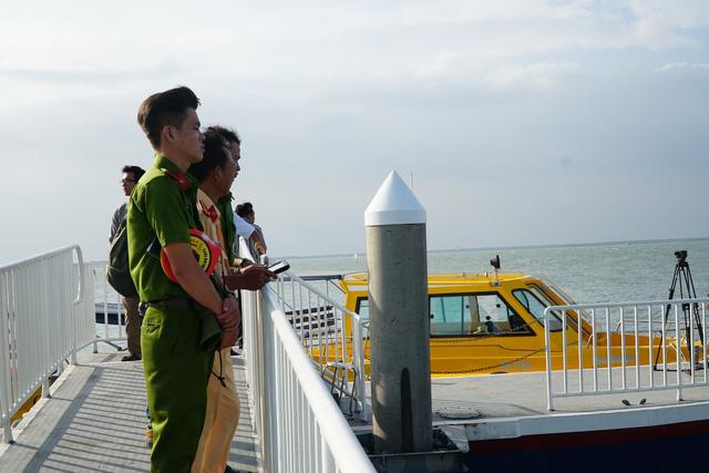 Cận cảnh trục vớt tàu cao tốc trị giá cả triệu USD bị chìm ở Sài Gòn - Ảnh 8.