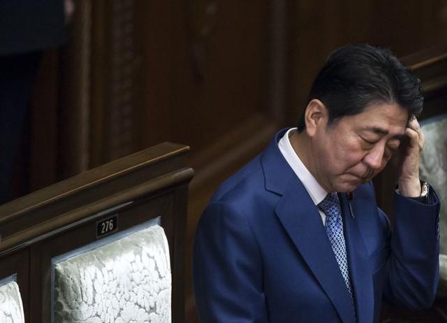 Thủ tướng Nhật xin lỗi về bê bối thứ 2 trong tháng - Ảnh 1.