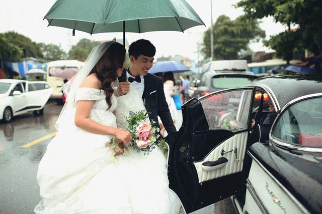 Hà Nội: Màn rước dâu bằng dàn xế cổ dưới trời mưa khiến bao người trầm trồ - Ảnh 1.